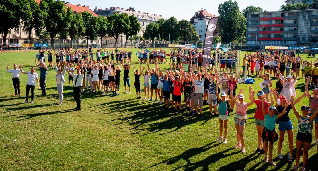 Große Anzahl an Kindern auf Sportplatz