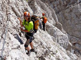 Bergsteigerin am Berg