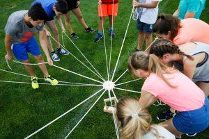 Kinder bei einem Gruppendynamischen Spiel