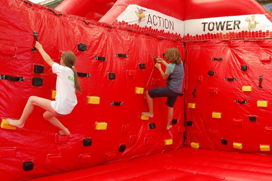 Kinder an der Action Tower-Kletterwand