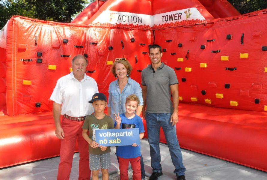 Raimund Hager, LR Christiane Tesch-Hofmeister, Markus Schindele und Kinder vorm dem SPORTUNION Playground