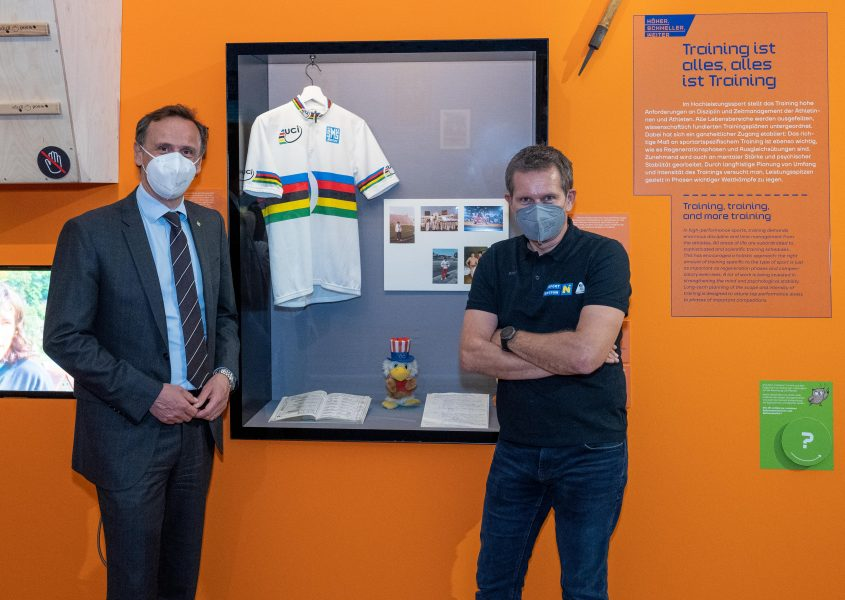 Sportlandesrat Jochen Danninger und Franz Stocher, vor dessen Weltmeister-Trikot in der Sportausstellung