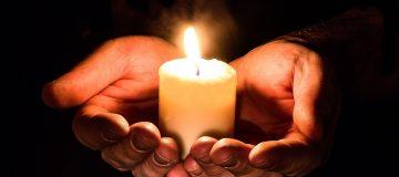 Hände mit Kerze