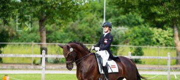 Reiterin Anna Schwarzlmüller-Kröpfl auf ihrem Pferd