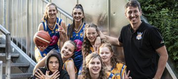 Das Damenteam der BBU Salzburg mit ihrem Trainer.