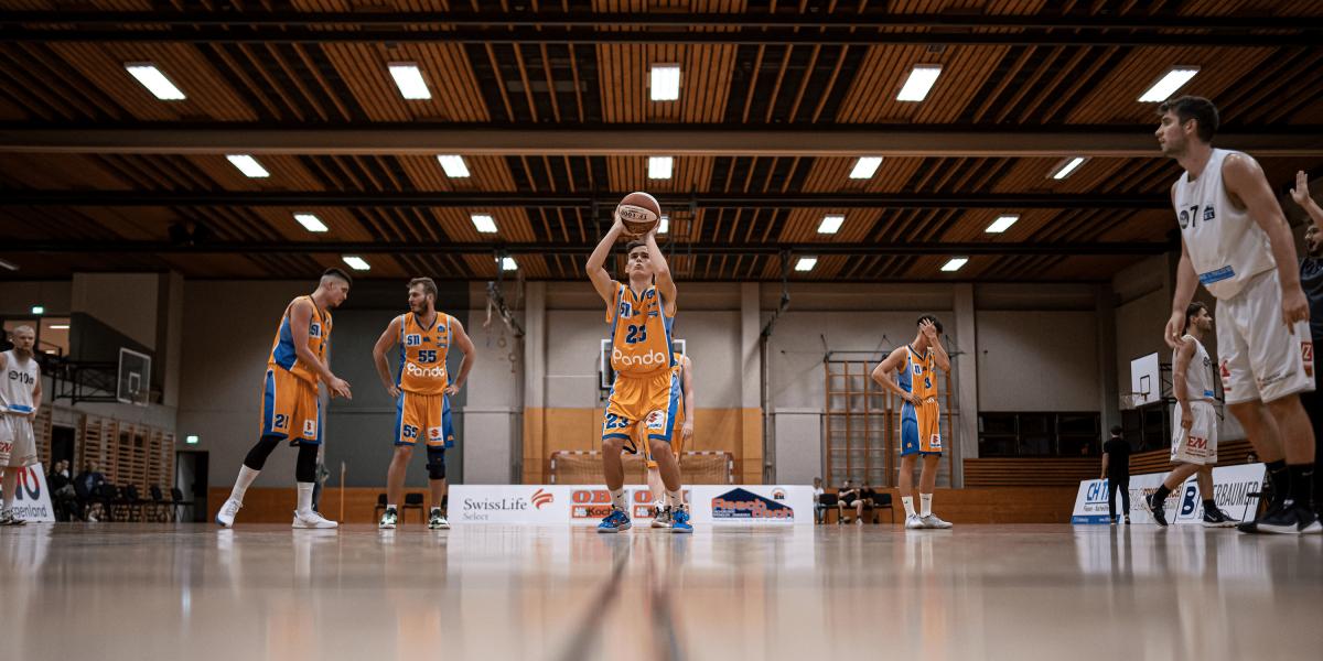 Ein Spieler der BBU Salzburg steht zum Freiwurf bereit.
