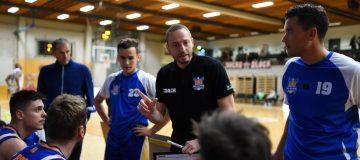 BBU Trainer Christian Ponz spricht im Spiel zum Team