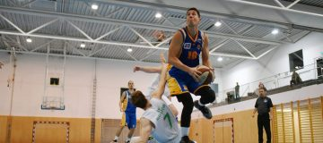 zu sehen: Sánchez im Trikot der BBU Salzburg, zieht mit dem Ball in Richtung Korb