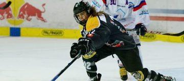 Annika Fazokas von den Salzburg Eagles führt den Puck über das Eis.