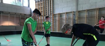 Burschen beim Floorball spielen