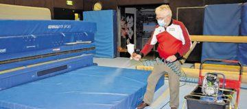 TGUS Obmann Hans Pichler bei der Desinfektion eines Weichbodens.