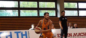 Raphael Miksch der BBU Salzburg mit Basketball in der Hand