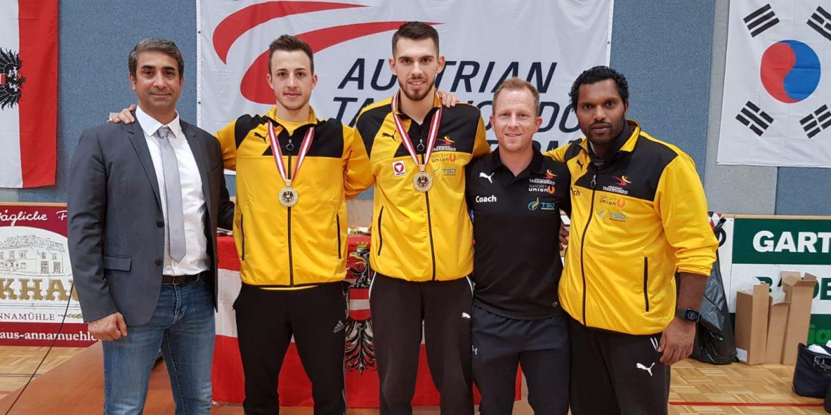 zu sehen: Athlten des Taekwondo Obendorf in gelben Anzügen mit Medaillen.