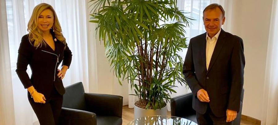 Sportunion Wien Präsidentin Dagmar Schmidt im Gespräch mit Bezirksvorsteher Gerald Bischof.