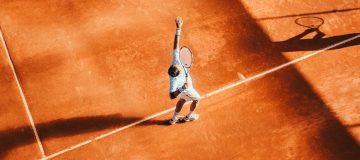 Tennisspieler beim Aufschlag