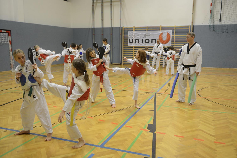 Taekwondo kämpfende Personen im Turnsaal