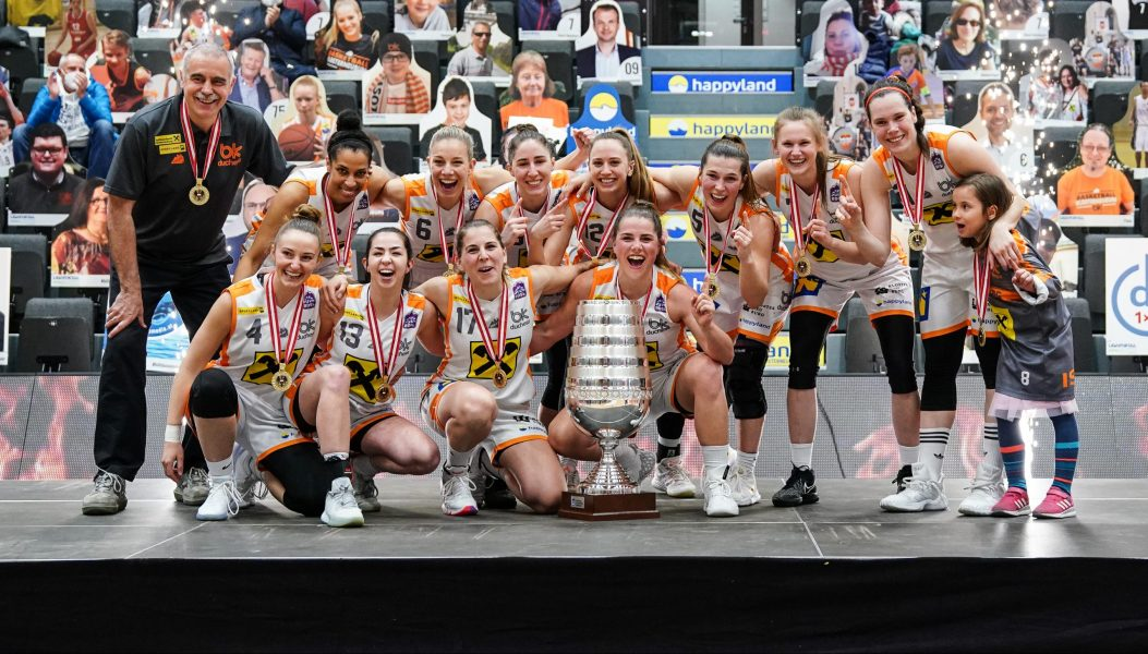 Team von Klosterneuburg Duchess mit Pokal