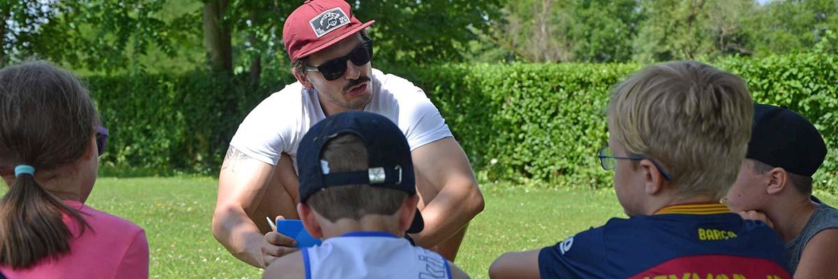 Gruppe Kinder mit Vereinstrainer