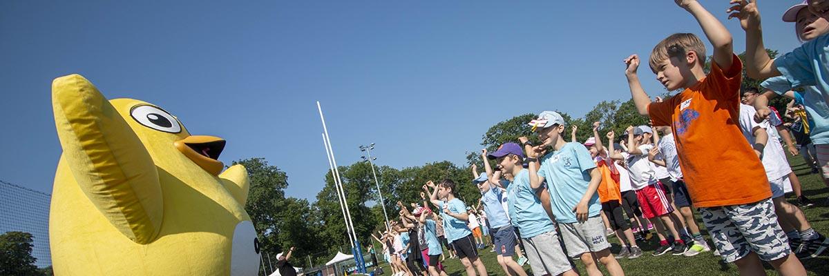 UGOTCHI bei einem Sportfest mit Kindern