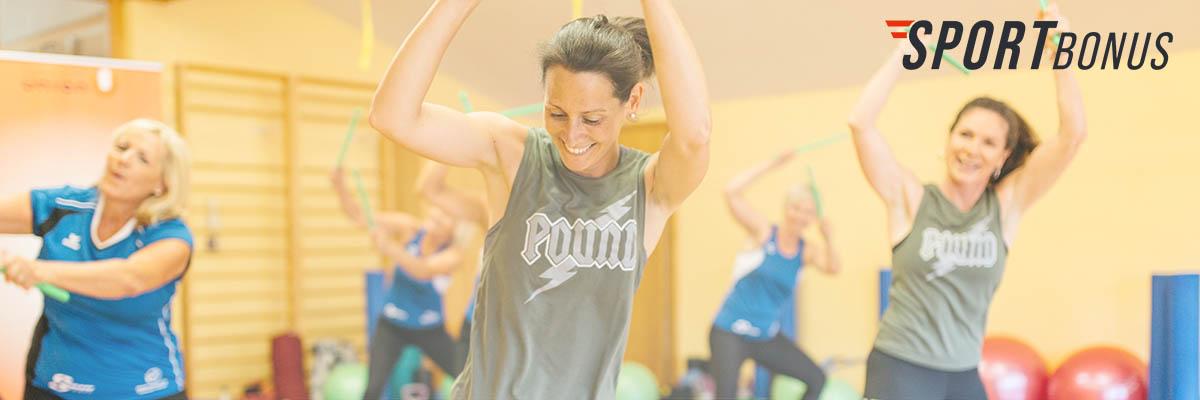 Sporteinheit mit Erwachsenen im Bewegungsraum