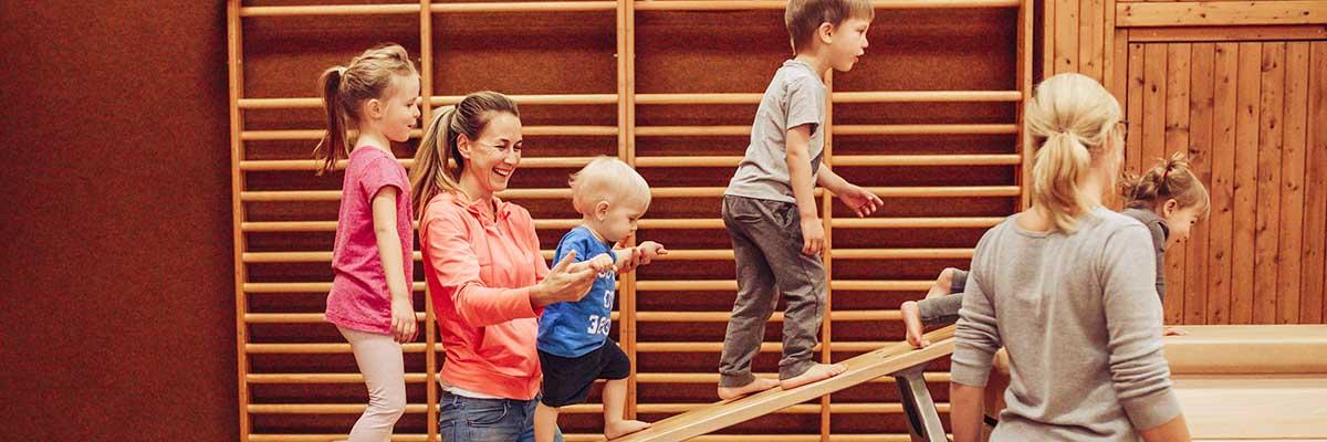 Kinder im Turnsaal