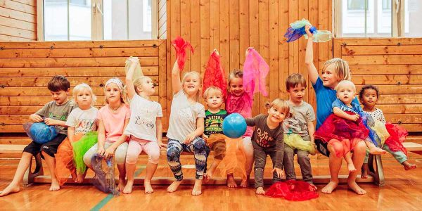Kinder im Turnsaal