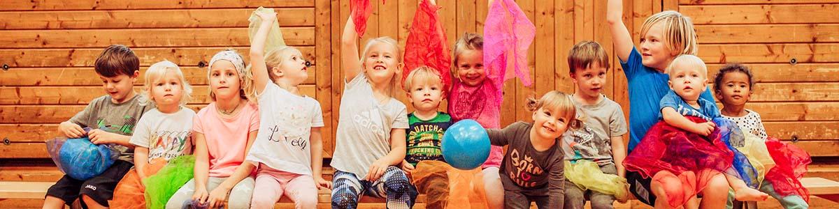 Turnsaal mit Kindern