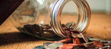 Geld aus Glas verschüttet