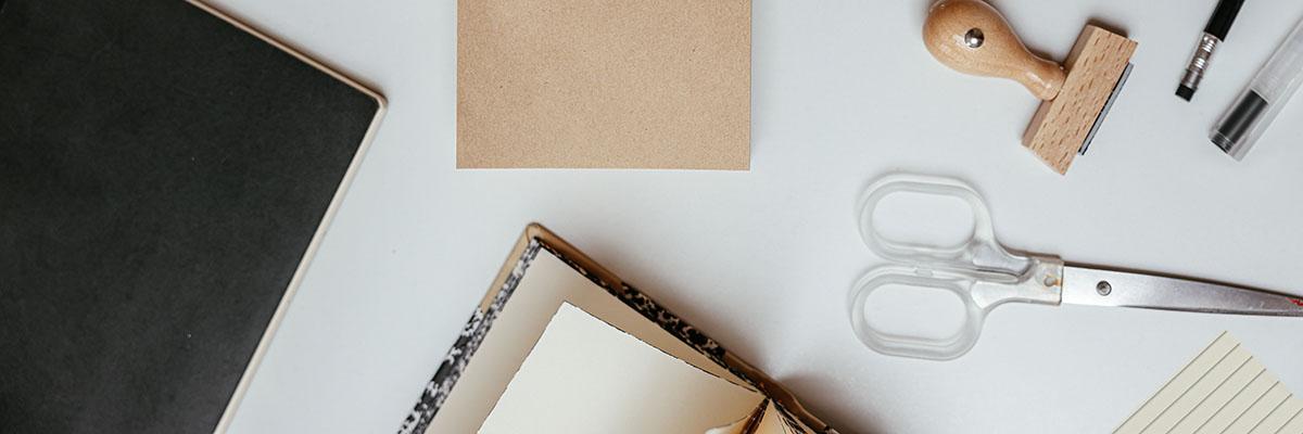 Schreibtisch mit Materialien