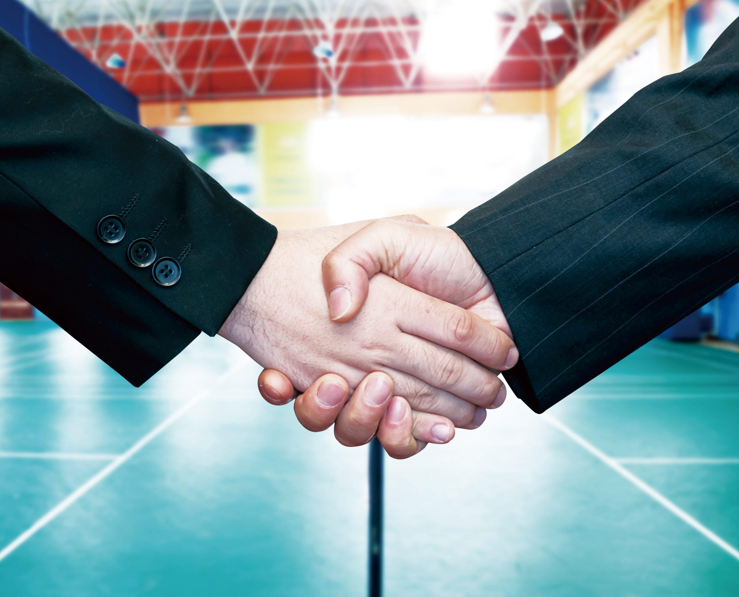 Handschlag in der Turnhalle